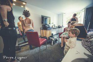 Vorbereitung auf Hochzeitsfeier, Frauen beim schminken