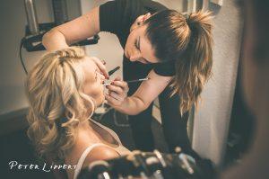 Braut beim schminken vor ihrer Hochzeitsfeier