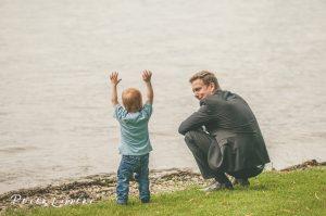 Mann mit Kind am Wasser, Insel Reichenau